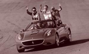 V20. CHESTE (VALENCIA), 15/11/09.- El piloto español de Fórmula Uno, Fernando Alonso (i); el presidente de Ferrari, Luca Cordero di Montezemolo (c); el piloto brasileño de Ferrari, Felipe Massa (d); el president de la Generalitat, Francisco Camps (abajo - d), y la alcaldesa de Valencia, Rita Barberá, saludan al público a bordo de un Ferrari California esta tarde en el Circuito Ricardo Tormo de Cheste (Valencia), durante las Finales Mundiales de Ferrari. EFE/Manuel Bruque